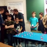 Les gagnants devant la table des cristaux primés